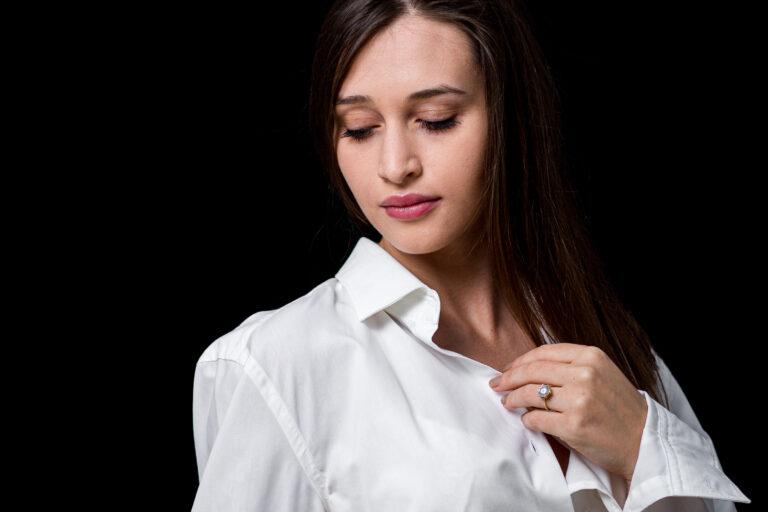 portret femeie studio camasa alba fundal negru melancolic