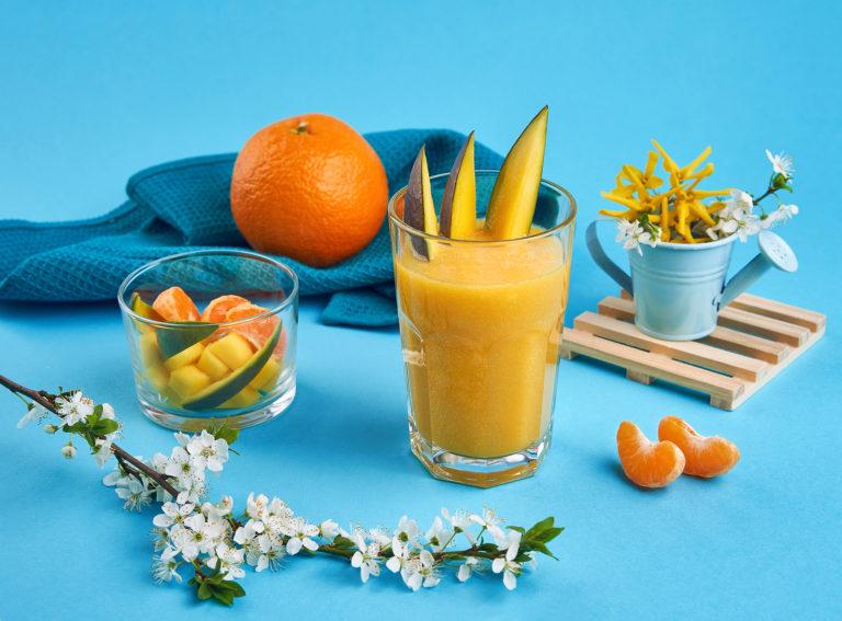 fotografie cu bauturi in studio smoothie colorat portocale fructe imprejur