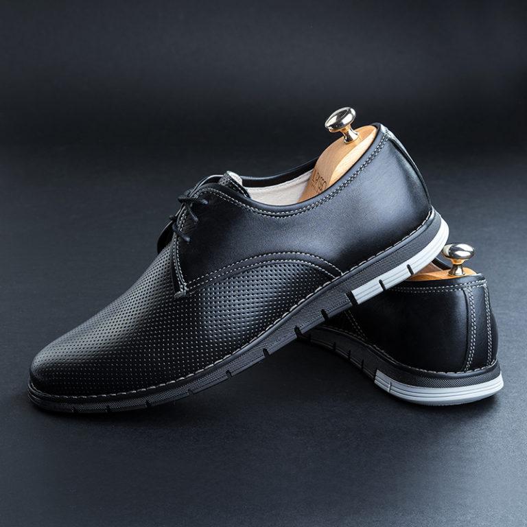 fotografie produs studio pantofi barbatesti negri fundal negru